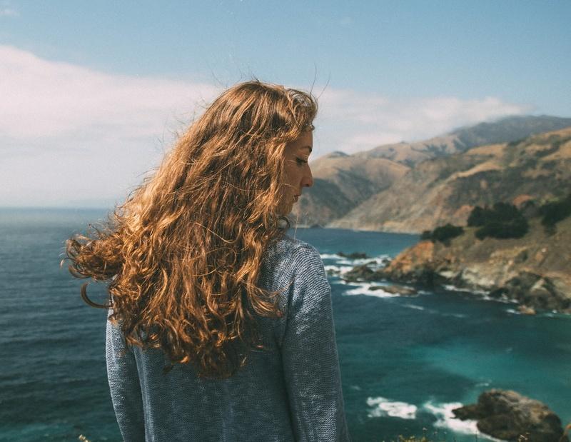 Une huile solaire protectrice pour des cheveux protégés